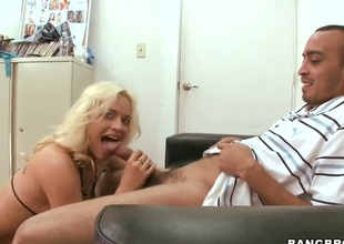 Oral pleasure from an fabulous blond