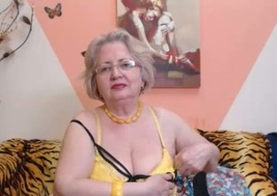 PAWG granny engrave on webcam knows how near do the brush job