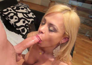 Sizzling shemale hoe Thais Anderson deepthroating broad in the beam dick