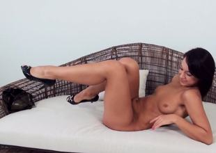 A solo hotty is sticking a dildo in her pussy in a gonzo video